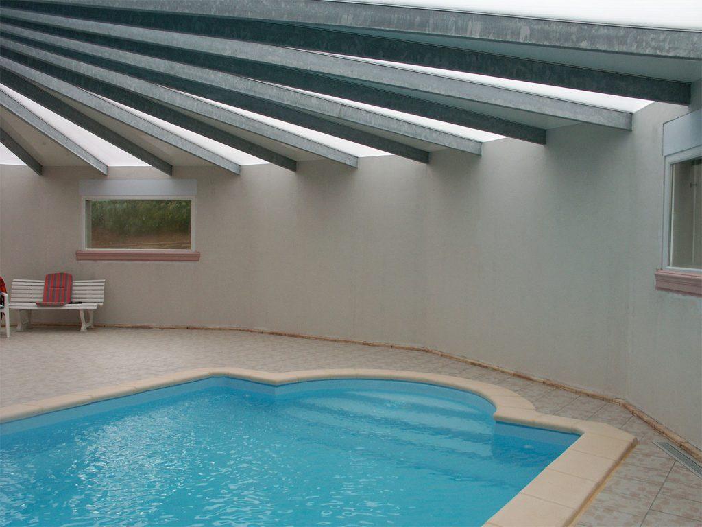 Le mur avant l'ambiance provençale pour cette piscine privée. Fresque de Roland Perret. illusions-murales.com