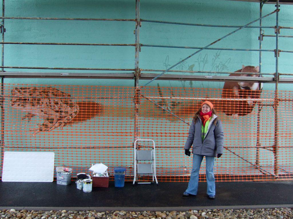 Sourya Perret sous le pont de la gare de Duppigheim. Fresque de Roland Perret. illusions-murales.com