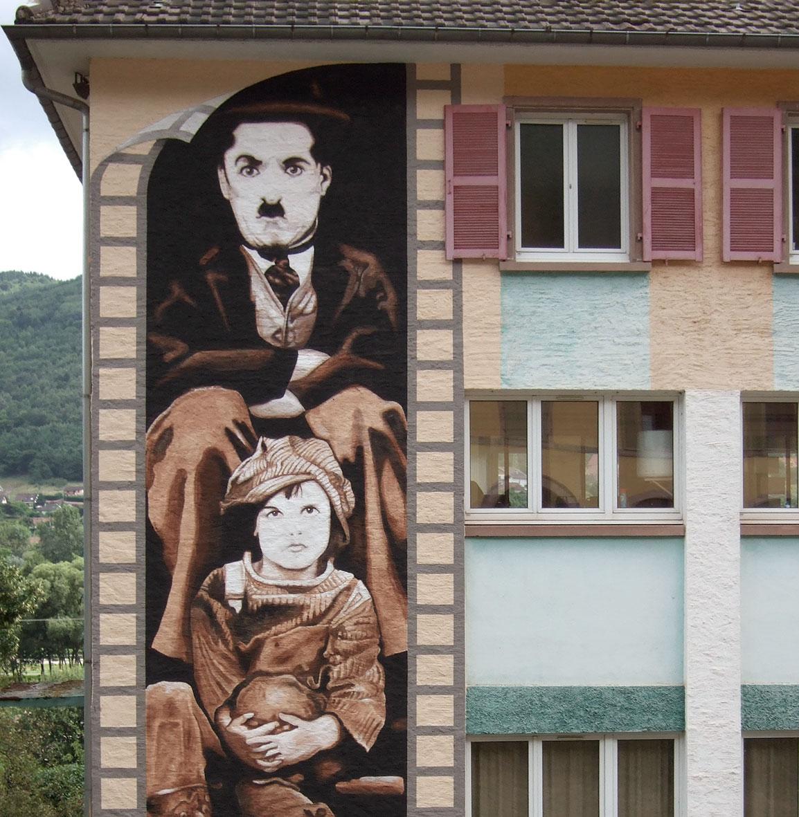Fresque de Charlot sur l'École de Wisches-Herrsbach (Alsace). Fresque de Roland Perret. illusions-murales.com