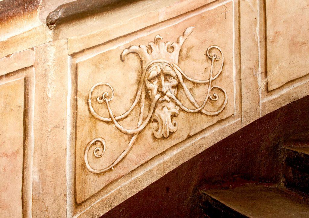 Grotesque peint en trompe-l'œil dans l'Escalade d'Illusions à la Maison Kammerzell. Fresque de Roland Perret. illusions-murales.com