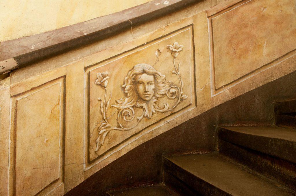 Trompe l'œil dans l'Escalade d'Illusions à la Maison Kammerzell. Fresque de Roland Perret. illusions-murales.com