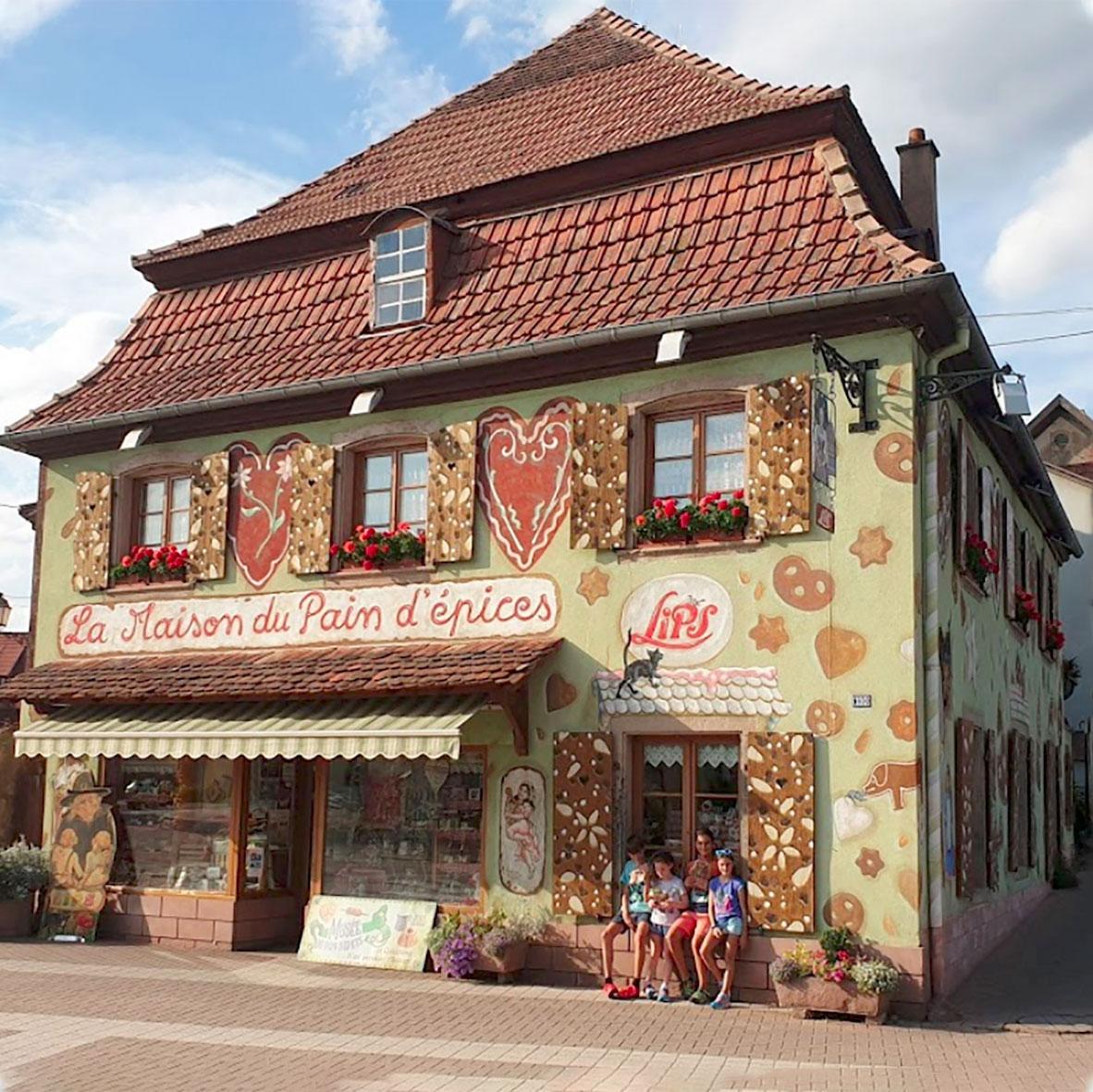 La Maison du Pain d'épices à Gertwiller en Alsace. Fresque de Roland Perret. illusions-murales.com