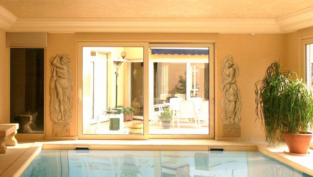 Décor de piscine en trompe-l'œil de style grec pour une piscine privée à Brumath. Fresques de Roland Perret  illusions-murales.com
