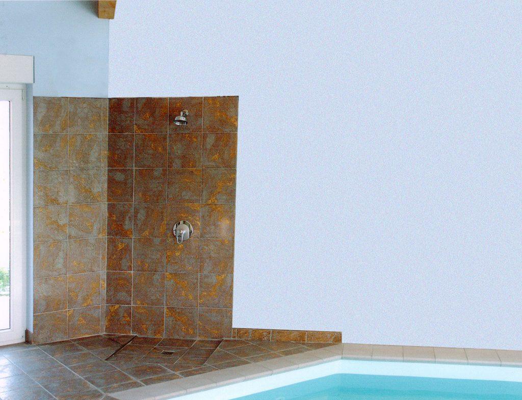 Le carrelage avant le trompe-l'oeil dans le style grec pour une piscine privée. Fresque de Roland Perret. illusions-murales.com