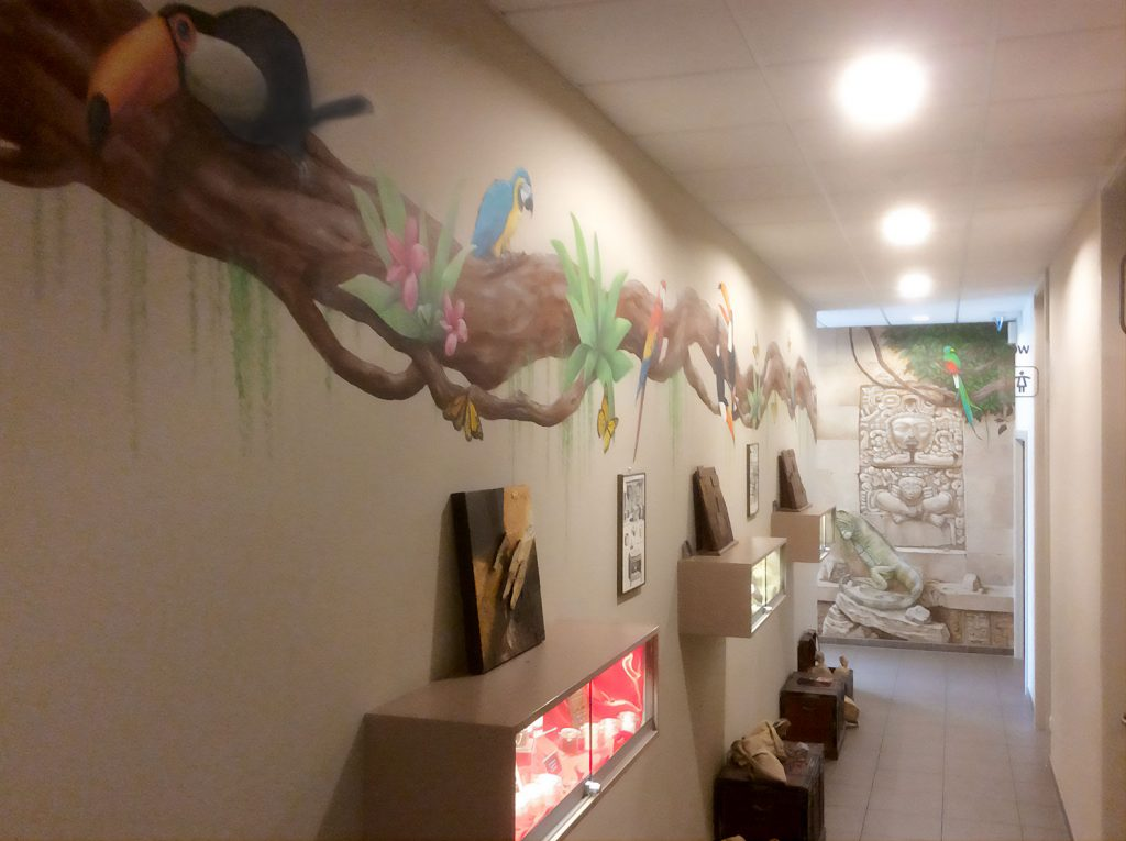 Couloir de la fresque aztèque de la chocolaterie Stoffel à Ribeauvillé. Fresque de Roland Perret. illusions-murales.com