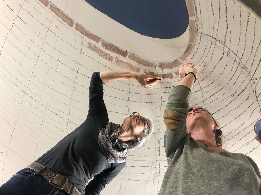 Jordane Desjardins et Sophie appliquant les motifs de briques au plafond chez Turlupain
