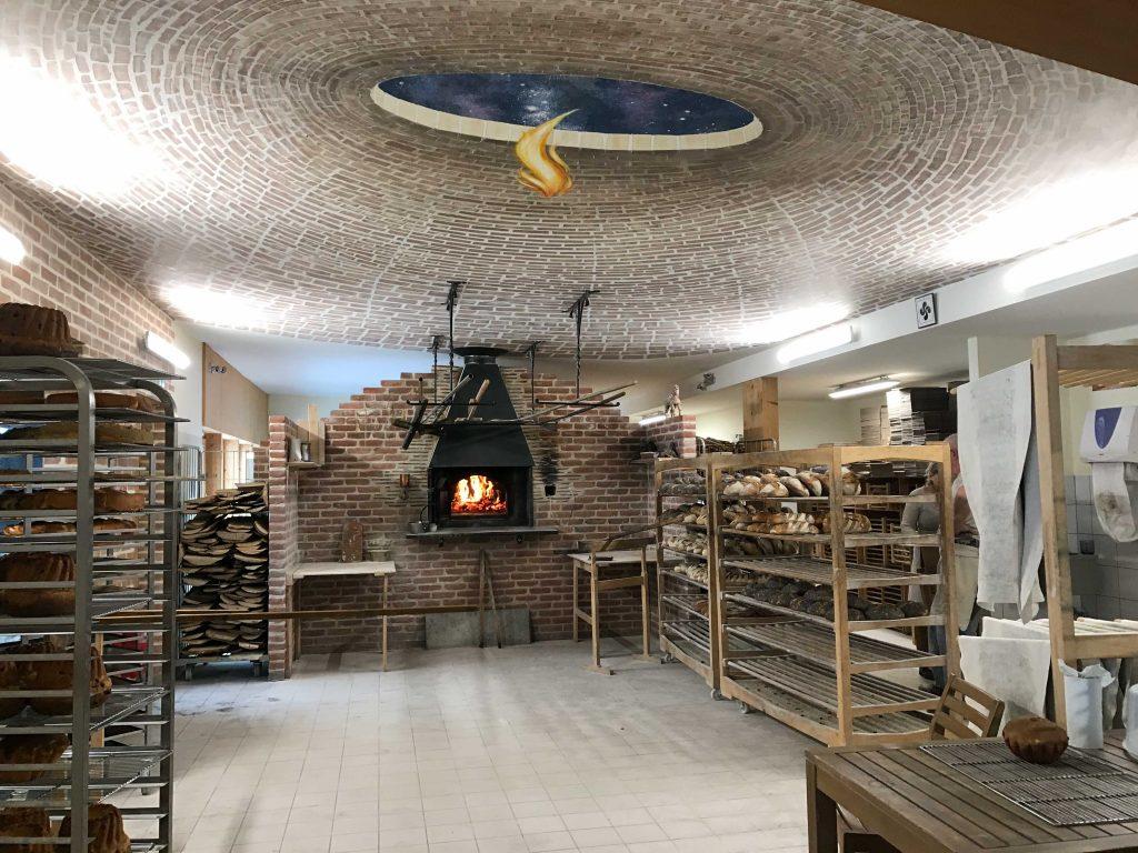 Plafond en trompe-l'œil, voûte de briques dans la boulangerie Turlupain à Saales. Fresque de Roland Perret. illusions-murales.com