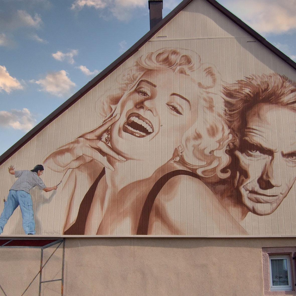 Marilyn et Clint Eastwood à Wisches. Fresque de Roland Perret. illusions-murales.com