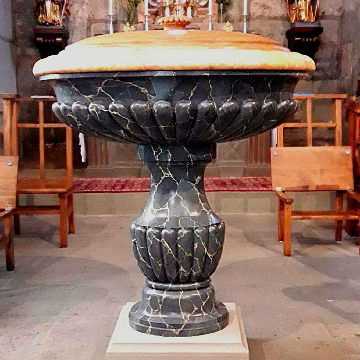 Baptistère en faux marbre sur bois par Roland Perret. Sculpture de Marc Frohn.Peinture en trompe-l'oeil de Roland Perret. illusions-murales.com