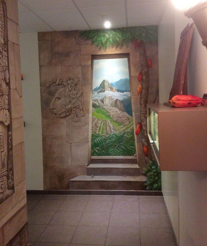Fausse porte dans la fresque aztèque de la chocolaterie Stoffel à Ribeauvillé. Fresque de Roland Perret. illusions-murales.com