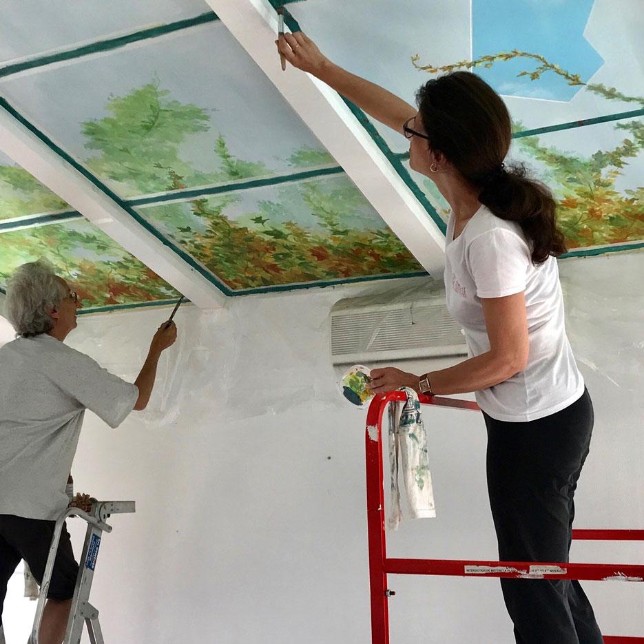 Verrière en trompe-l'oeil avec Jordane Desjardins, Dachstein. Fresque de Roland Perret. illusions-murales.com